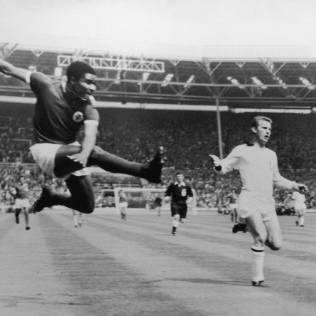 Eusébio haciendo gol con el Benfica