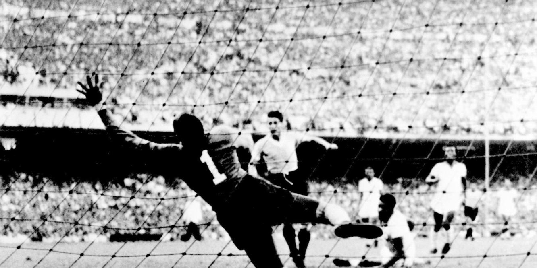 Schiaffino, en una de las acciones del memorable Maracanazo de Brasil '50.